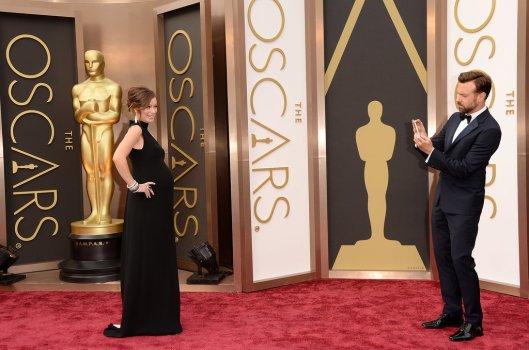 Oscars Olivia Wilde Valentino selfie popsugar